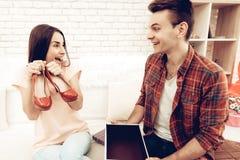 人做一件礼物给女朋友在华伦泰` s天 免版税图库摄影