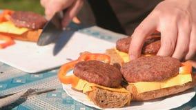 人做三明治用炸肉排、乳酪、面包和胡椒 递特写镜头 影视素材