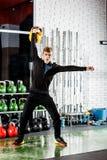 人做与重量的一锻炼在健身房 免版税图库摄影