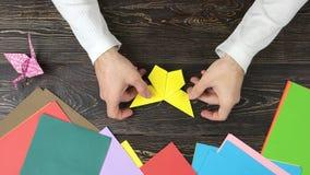 人做了origami蝴蝶,顶视图 影视素材