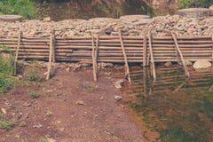 人做了weir& x28; 小dam& x29;横跨河 免版税库存图片