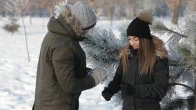 人做他的女朋友的雪球 花雪时间冬天 影视素材