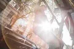 年轻人做在脚手架的引体向上在NYC 库存图片