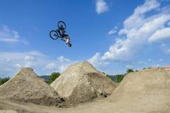 人做在自行车的翻筋斗 免版税图库摄影