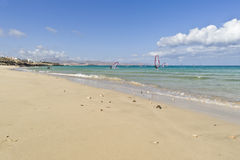 人做在费埃特文图拉岛风帆冲浪 库存照片