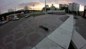 年轻人做在滑板的一个把戏并且在地面面前跌倒 股票视频