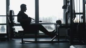 人做在锻炼机器的锻炼 股票视频