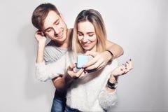 人做礼物给他可爱的甜心女孩 产生礼品的年轻人 结合互相提供恋人`的s礼物 免版税库存照片