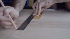 人做自创家具由金属和木头制成 影视素材