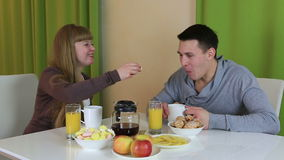 年轻人做他的女朋友的惊奇 他烹调了她的早餐爱恋的夫妇款待每其他食物 股票录像