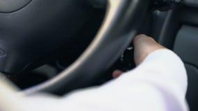 人停止驾驶汽车并且关闭了引擎,出租汽车司机等待的客户 股票录像