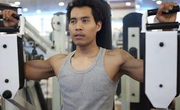 人健身房锻炼 库存图片