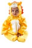 黑人儿童男孩,打扮在狮子狂欢节衣服,隔绝在白色背景 婴孩黄道带-标志利奥 免版税库存图片