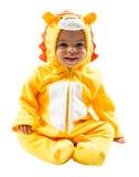 黑人儿童男孩,打扮在狮子狂欢节衣服,隔绝在白色背景 婴孩黄道带-标志利奥 免版税库存照片