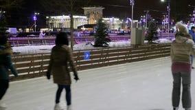 人冰鞋在溜冰场滑冰的冬天 影视素材