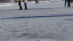 人冰鞋幻灯片冰室外结冰的湖池塘冷的冬日 影视素材