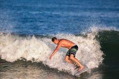 年轻人冲浪者冲浪的波浪 免版税图库摄影