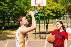 人冷却下来在篮球比赛断裂期间 免版税库存照片