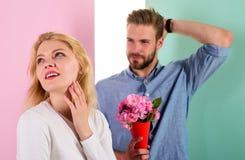 人准备好在完善的日期 使妇女惊奇的强壮男子喜欢 女孩等待的日期 花束开花总是宜人的礼物 库存图片