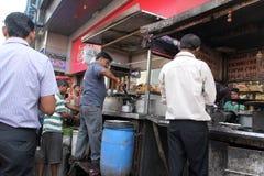 人准备简单的街道食物室外在加尔各答 图库摄影