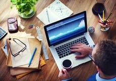 人分析在计算机上的市场 免版税库存图片