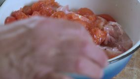 人切在桌上的一个蕃茄 股票视频
