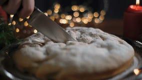 人切开圣诞节蛋糕 照相机移动与刀子,特写镜头 股票视频