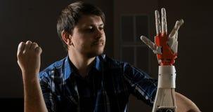 人创建机械塑料胳膊的运动 计算机控制学的机器人胳膊 机器人胳膊运动 在3D做的未来派