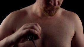 人刮他的胸口 影视素材