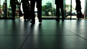 人到来/离开hastes在国际机场 股票录像