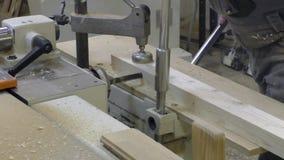 人削减了在木头的一个孔 影视素材