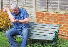 人前辈 痛苦,受伤的手肘 关节x线照片 免版税库存照片