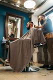 人剪了头发在理发店自由空间 免版税库存图片