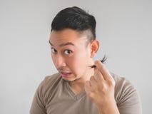 人剪了他自己的头发 免版税库存图片