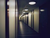 人剪影在一个黑暗的走廊 免版税图库摄影