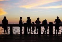 人剪影在日落期间的 库存照片