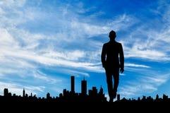 人剪影城市的背景的 免版税库存照片