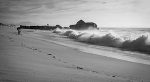 人剪影获得在沙滩的乐趣与波浪热的晴天在大西洋海岸在黑白, capbreton的10月 库存图片