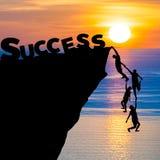 人剪影配合上升入峭壁到达词成功企业概念 库存图片