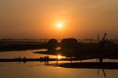 人剪影Taungthaman湖的日落的,在Amarapura,曼德勒缅甸 免版税库存照片
