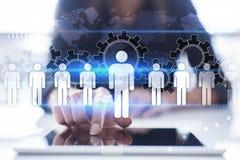人力调配、HR,补充和teambuilding 到达天空的企业概念金黄回归键所有权 免版税库存图片