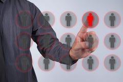 人力资源官员选择站立在乌鸦外面的雇员 免版税库存图片
