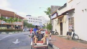 人力车乘驾的年轻白种人人,马来西亚- 2017年8月22日 股票录像