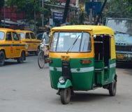 人力车在街道上的three-weeler tuk-tuk在加尔各答 免版税库存照片
