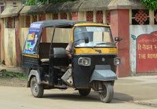 人力车在街道上的three-weeler tuk-tuk在加尔各答 免版税库存图片