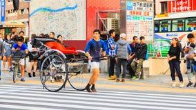 人力车服务人一项地方车和服务在Sensoji寺庙著名寺庙在东京 库存照片