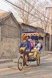 人力车游览通过古老hutong区域,北京,中国 图库摄影