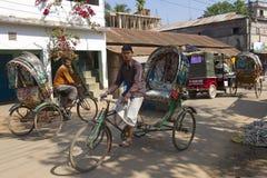 人力车由街道驾驶在Bandarban,孟加拉国 库存照片