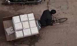 人力车的运输新鲜的鸡蛋 图库摄影