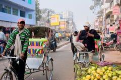 人力车驾驶在农贸市场上的车 免版税库存照片